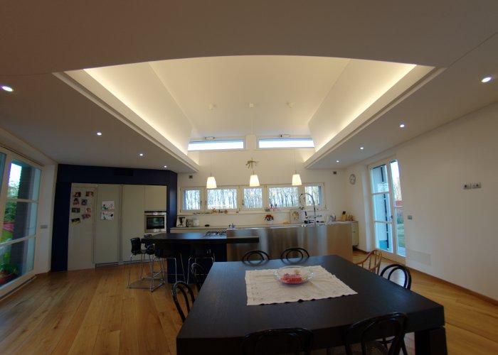 Cartongesso cucina soggiorno idee per il design della casa for Cartongesso sala